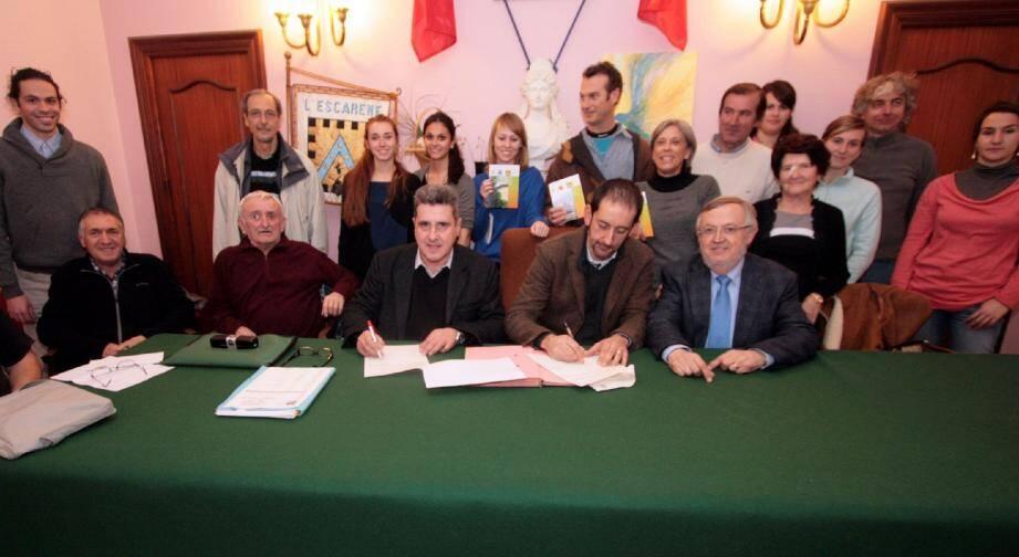 Signature de la convention entre le GEDD et le Conseil de développement du Pays des Paillons à la mairie de L'Escarène avant la présentation du projet d'étude sur les canaux d'arrosants.