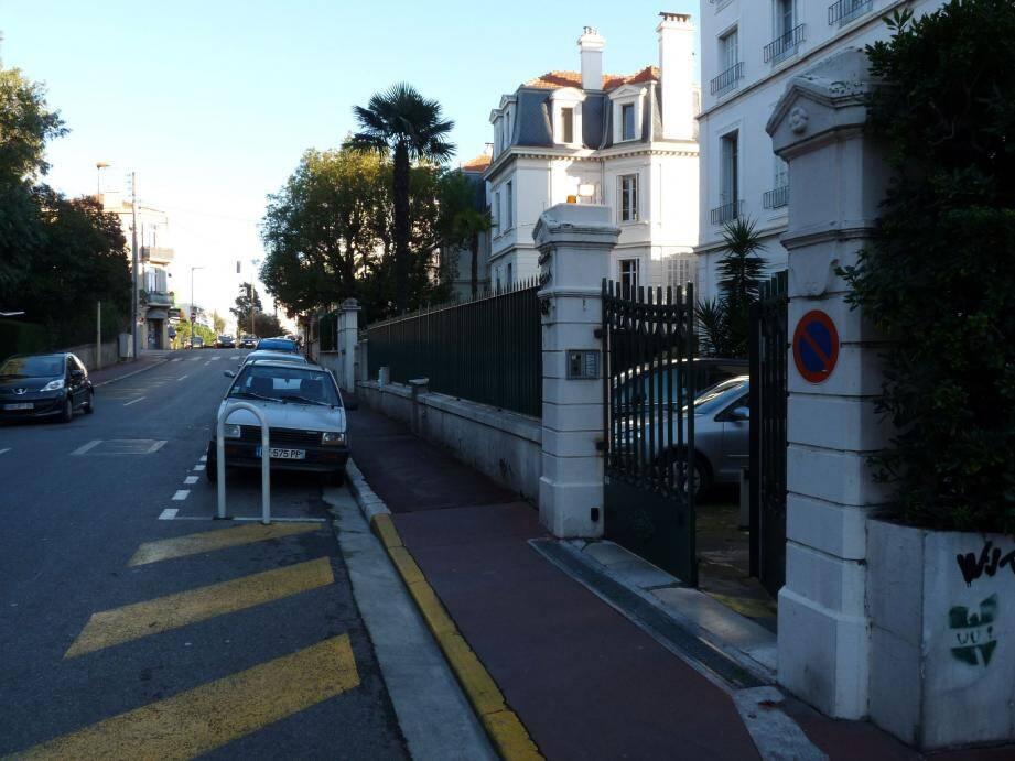 C'est là, avenue Maréchal-Juin aux abords de la résidence St-Patrick, qu'un individu a pris l'habitude de répandre des sacs entiers d'excrément, comme pour déféquer sa haine sur le bitume.