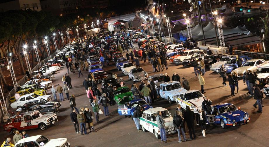 La foule est venue en nombre pour admirer les nombreuses voitures de collection.