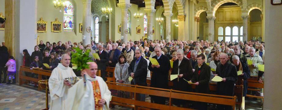 Jean Bernardi, archiprêtre de Menton, a célébré la messe de Pâques en l'église du Sacré-Cœur