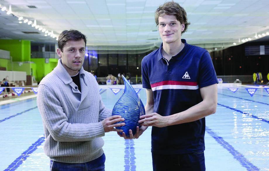 Yannick Agnel a reçu des mains de l'artiste biotois Antoine Pierini (2) le prix Nice-Matin, hier soir à la piscine Jean-Bouin de Nice.