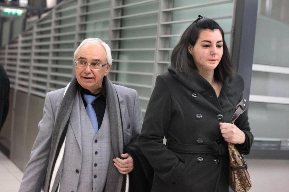 Deux ans après les faits, Madeline - ici, en compagnie de son avocat Me Michel Cardix - porte encore sur le visage et au cou les stigmates de l'agression.