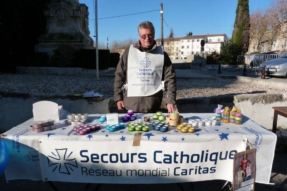 Patrick Martin (ici lors de la vente de bougies à Noël) est responsable de l'antenne locale du Secours Catholique.