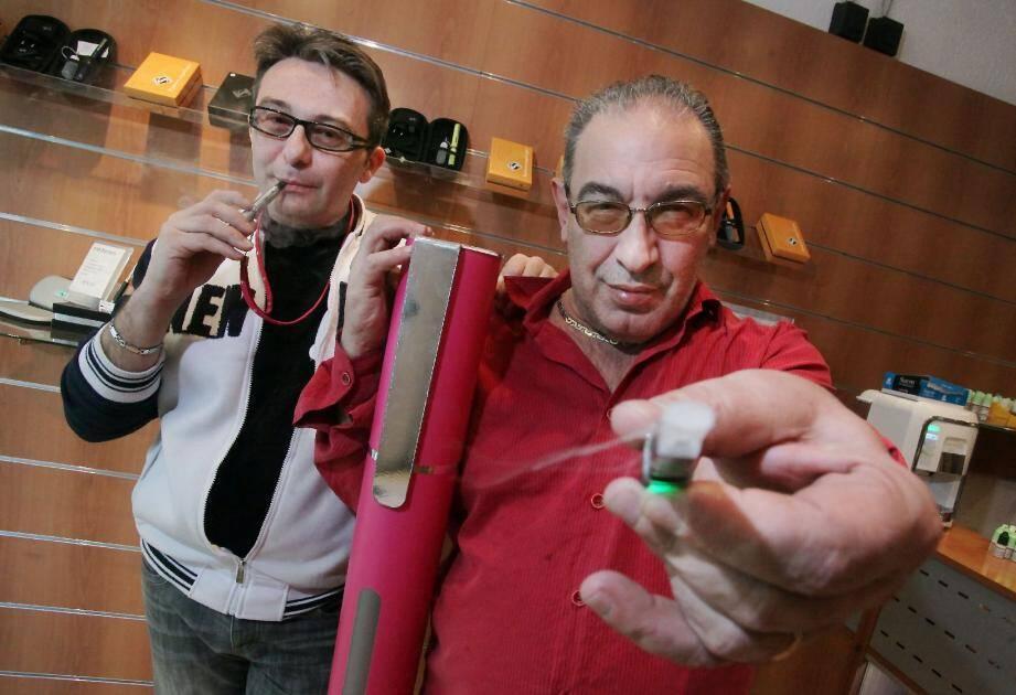 Roberto Malone, de la pipe à la cigarette éle - 20014514.jpg