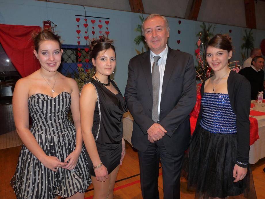 Les trois candidates en début de soirée, aux côtés du maire. Clara Testard figure à gauche sur notre photo.