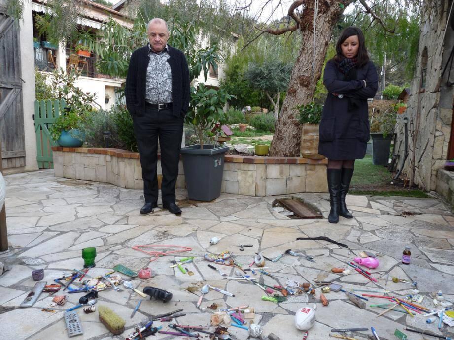 Patrice Foin et Sabrina Montigny sont la cible d'un tas d'objets insolites jetés par leurs voisins.