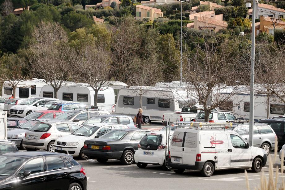 Dix-sept caravanes des gens du voyage ont investi les deux-tiers du parking du supermarché Carrefour Market.