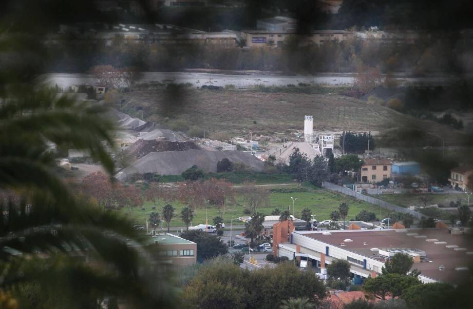C'est sur ce terrain appartenant à la Ville que s'érigera en septembre le tout nouveau bassin olympique niçois, dont les premières images virtuelles (ci-dessous) ont été dévoilées hier soir lors de la soirée des Victoires du Sport niçois.