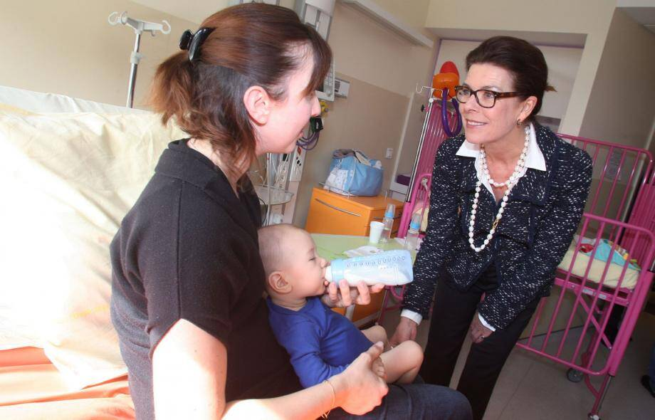 La princesse Caroline en a profité pour rendre visite aux petits patients ainsi qu'à leurs parents présents hier dans le service.