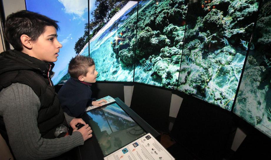 Les jeunes visiteurs n'ont aucun mal à prendre en main le simulateur et peuvent ainsi partir à la découverte des océans.