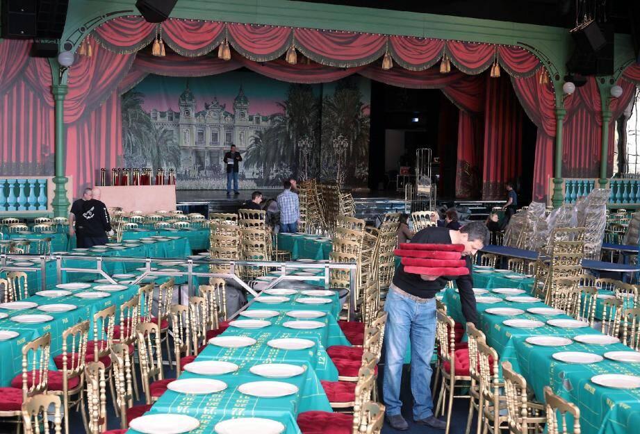 Hier, tout le monde était à l'œuvre pour installer les chaises Napoléon-III dorées, les rideaux rouges, les pompons… pour que ce soir l'illusion soit parfaite.