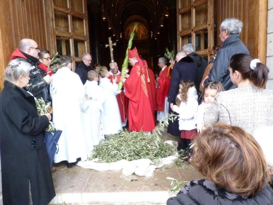 L'archevêque Barsi a effectué la traditionnelle bénédiction des rameaux sur le parvis de la cathédrale, à l'abri de la pluie.