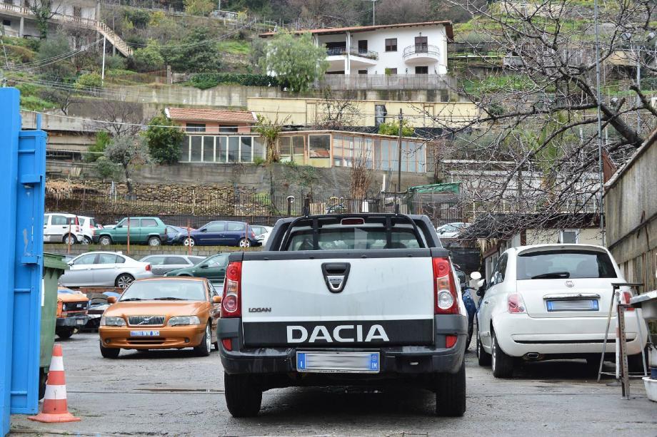 Derrière les voitures italiennes, de nombreux véhicules d'occasion immatriculés en WW son parqués dans la fourrière de Valecrosia.