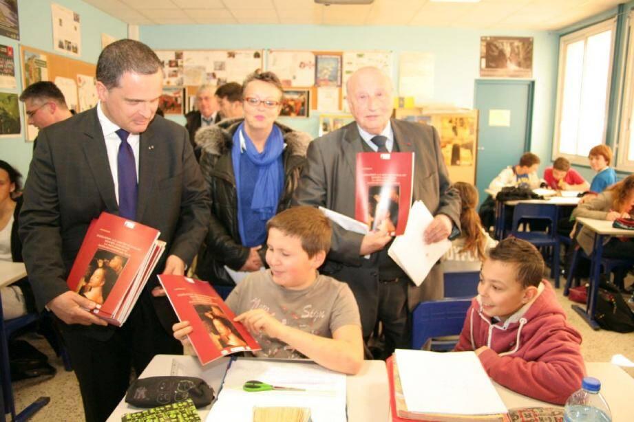 Il a été remis aux collégiens le livret pédagogique « Initiation à l'art pictural du Moyen-âge et de la renaissance dans le Comté de Nice ».