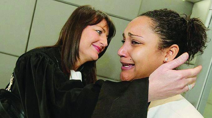 Lucie Dalmasso, fille de Christophe Dalmasso, pleure à chaudes larmes jusqu'à suffoquer.
