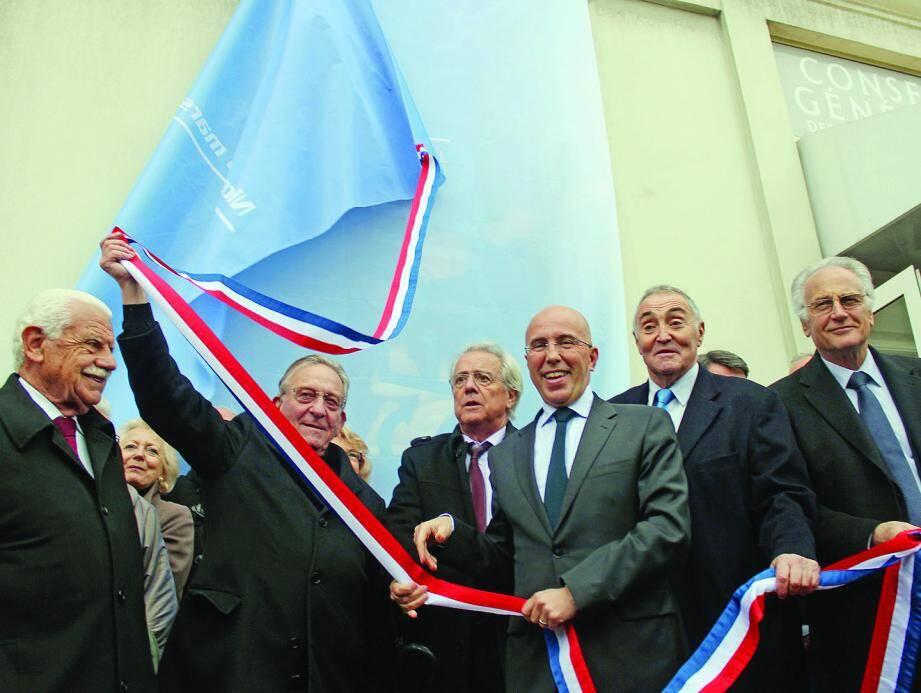 Eric Ciotti, entouré notamment de Jean-MichelGaly - conseiller municipal de Nice en charge des seniors -, a dévoilé la plaque de la maison des seniors de l'avenue des Phocéens.
