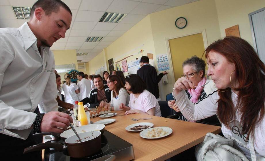 Une douzaine de patients ont réappris avec les chefs à travailler la nourriture et... à la goûter.