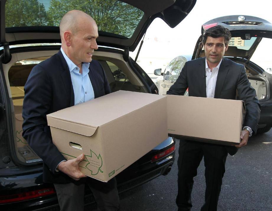 Mes Jean-Christophe Coubris et Philippe Courtois portent les milliers de dossiers des parties civiles.