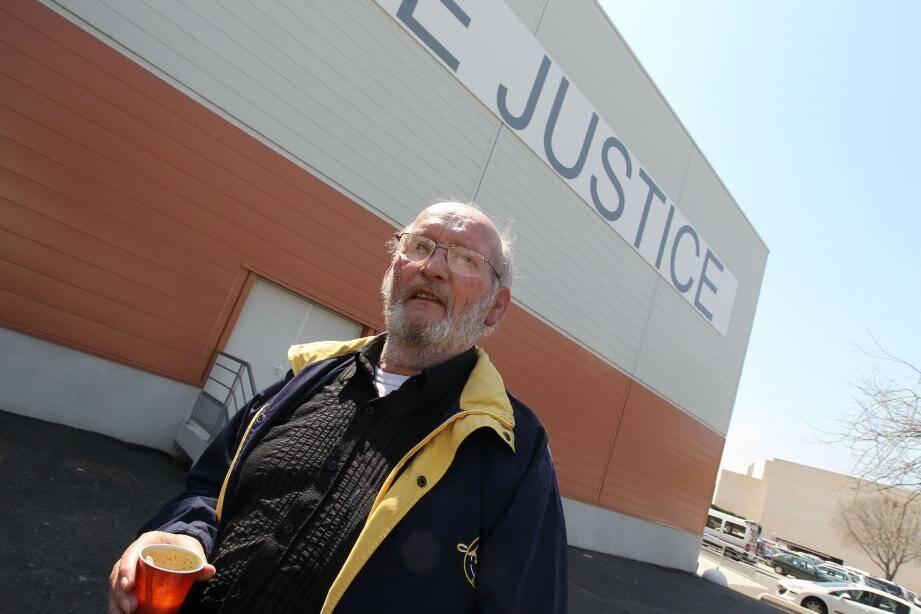 Jean-Claude Mas a accepté de faire quelques pas devant le palais de justice pour le photographe de notre journal.