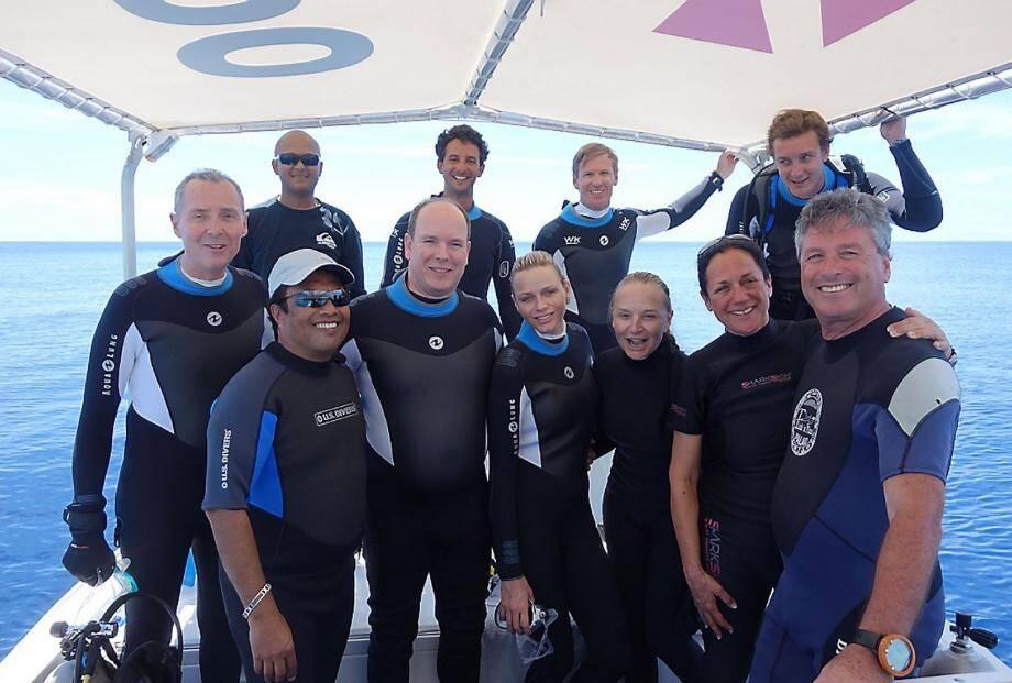 Ambiance conviviale autour du couple princier en mars dernier aux Palaos à l'occasion d'une plongée dans les fonds coralliens. Une première pour la princesse Charlène.(DR)
