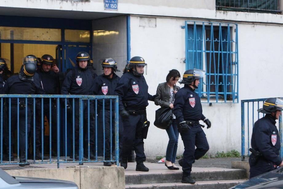 Une trentaine de policiers est intervenue hier soir au 150, boulevard de l'Ariane. La veille, une imprimante et un four à pain y avaient été jetés non loin des CRS. Ces derniers ont emmené au commissariat la compagne du suspect identifié.