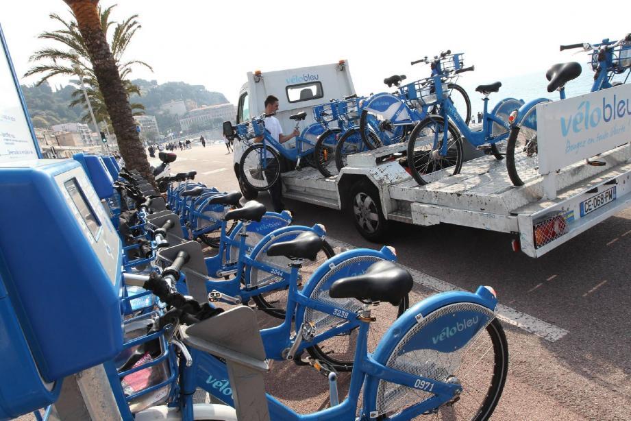 Trois équipes de réparateurs tournent en ville, pour rééquilibrer les stations et repérer les vélos défectueux.