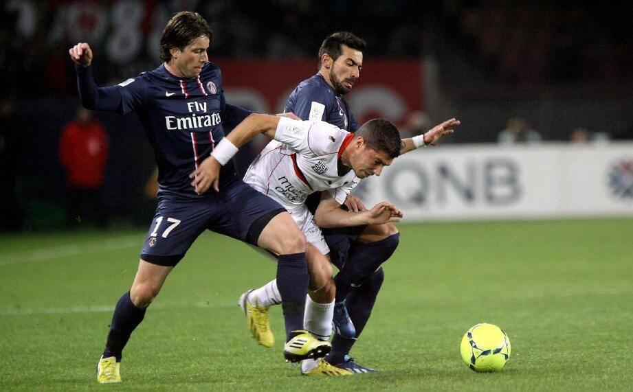 Jérémy Pied pris en tenaille par Maxwell et Lavezzi : l'image d'un Gym impuissant hier soir face aux stars du PSG...