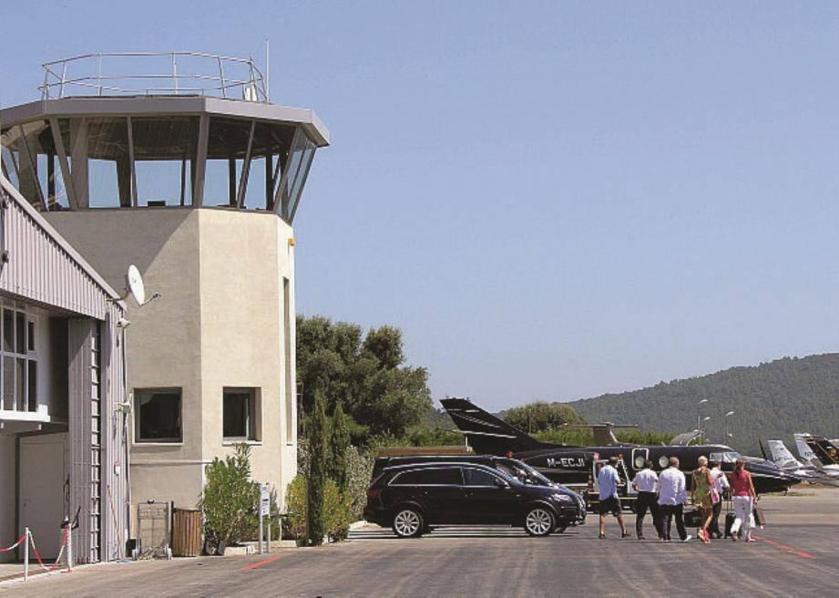 Le douanier était habilité à contrôler l'aéroport privé international de la Môle, proche de Saint-Tropez.
