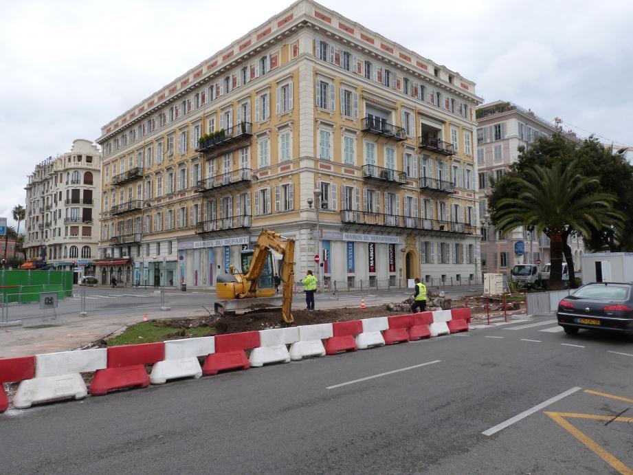 Deux palmiers ont été déplacés. Le vrai coup d'envoi des travaux d'aménagement du quai des Etats-Unis sera donné en octobre.