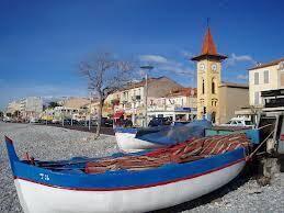 Les barques laissées sur la plage du Cros ne sont pas là pour les touristes. Les pêcheurs les utilisent encore.
