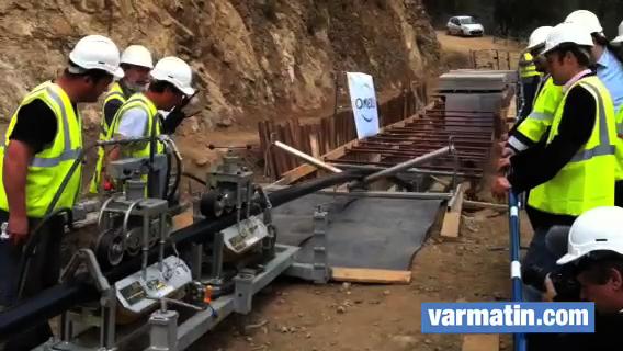 Les ouvriers s'attellent à positionner le câble à Fréjus pour l'alimentation électrique du Var et des AM.