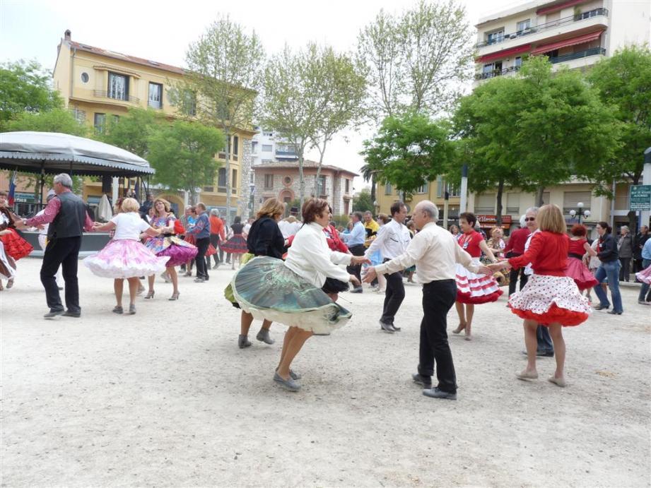 De belles couleurs et des jupes qui tournent… Instantané de la « Conquête de l'Ouest », hier, place-De-Gaulle.