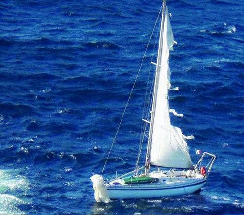 Voile déchirée et trajectoire hasardeuse. Personne ne sait depuis combien de temps le voilier était à la dérive, en pleine mer.