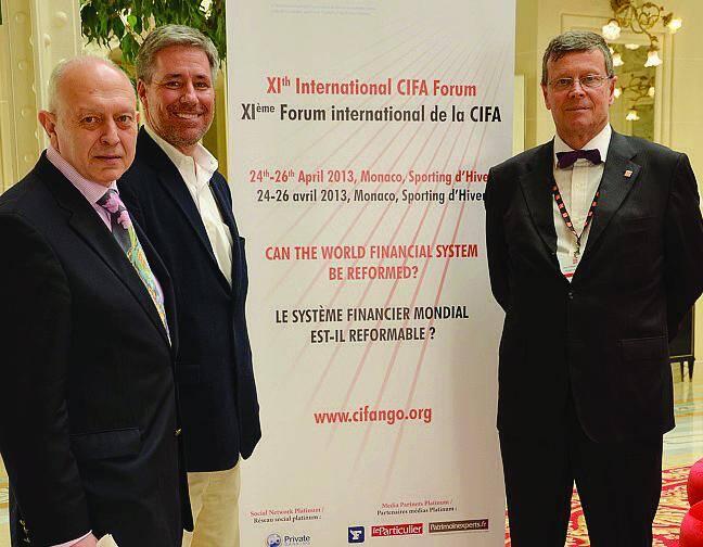 Guy Cohen, président du comité d'organisation (à gauche) et Jean-Pierre Diserens, secrétaire général de la CIFA (à droite) réunis en Principauté pour leur onzième forum, avec Dan Mitchell, économiste et intervenant.