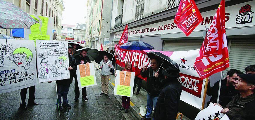 Manif sous la pluie, hier soir à Nice, pour les communistes devant le local du PS.