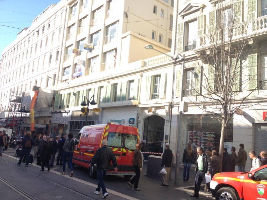 Une étudiante de 20 ans s'est donné la mort en se jetant vers 9 heures du troisième étage dans la cour intérieure de  l'établissement qui donne sur le 31 avenue Jean Médecin.