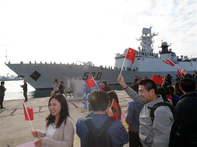 Quelque 300 ressortissants chinois sont venus accueillir les navires à Toulon.