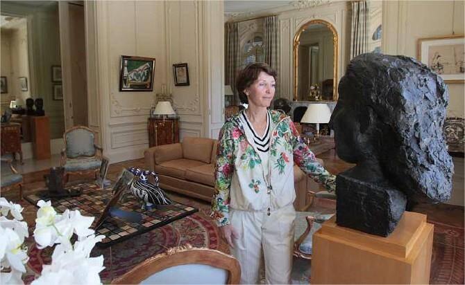 Dans La Californie, rebaptisée « Pavillon de Flore » pour conjurer le mauvais sort, Marina Picasso devant un buste en bronze de Dora Maar.