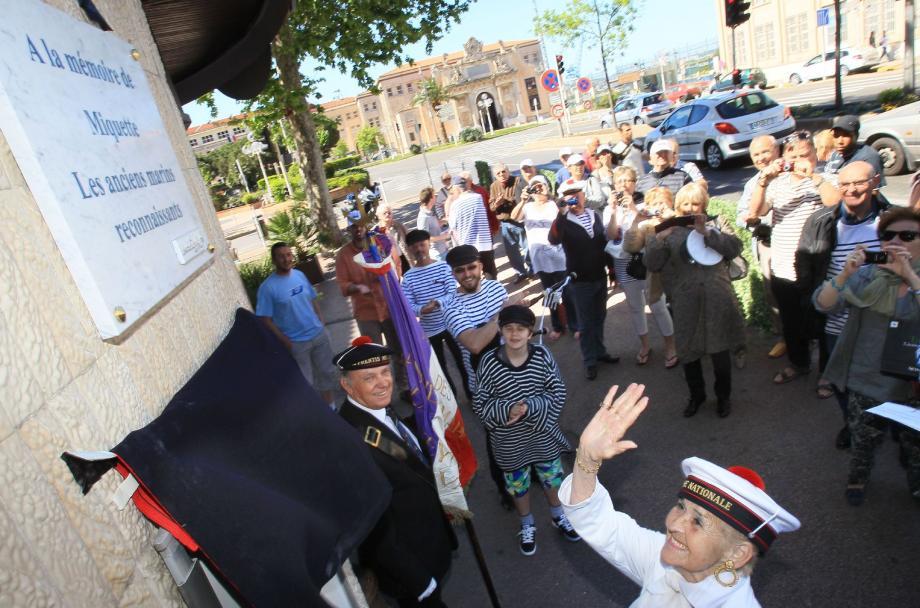 Les marins et anciens clients de Miquette, ayant séjourné à Toulon dans les années 1950-80, se sont réunis hier matin devant le bar des Cinq parties du monde, face à la porte principale de l'Arsenal.