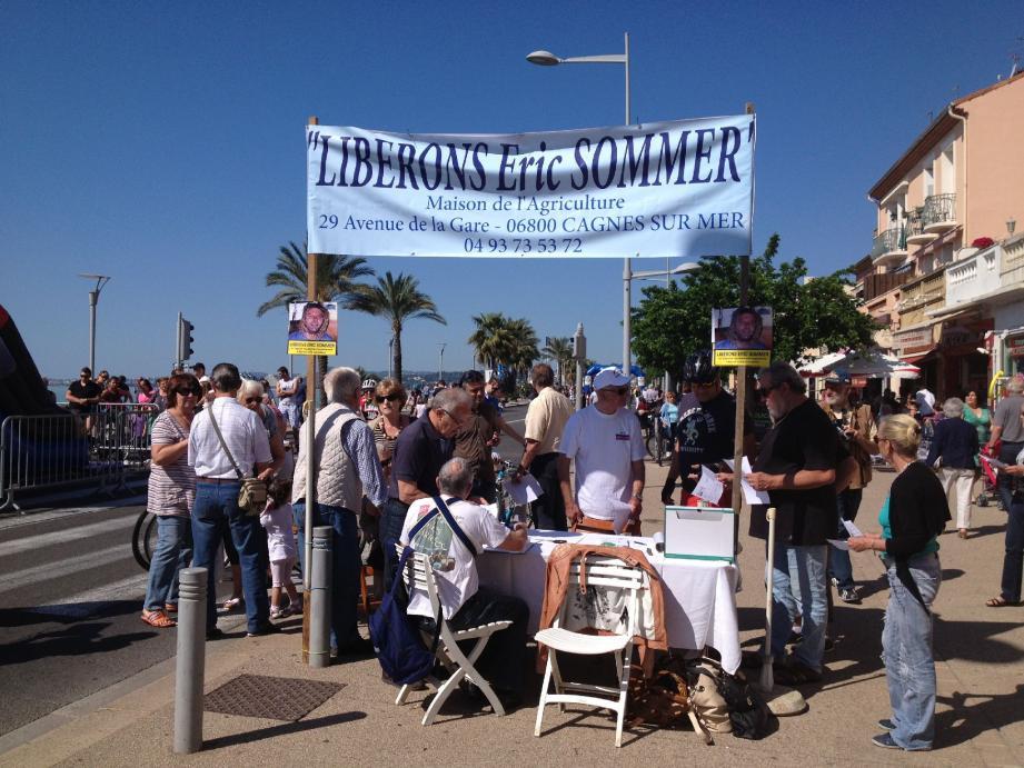 Une table, une banderole et un message, celui du comité de soutien : « Libérons Eric Sommer»
