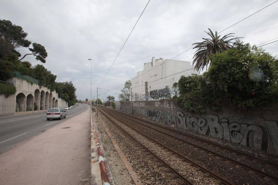 C'est dans l'une de ces bâtisses situées sur la ligne droite entre Cannes et Golfe-Juan et enchâssées entre la voie ferrée et la mer que le corps a été découvert.
