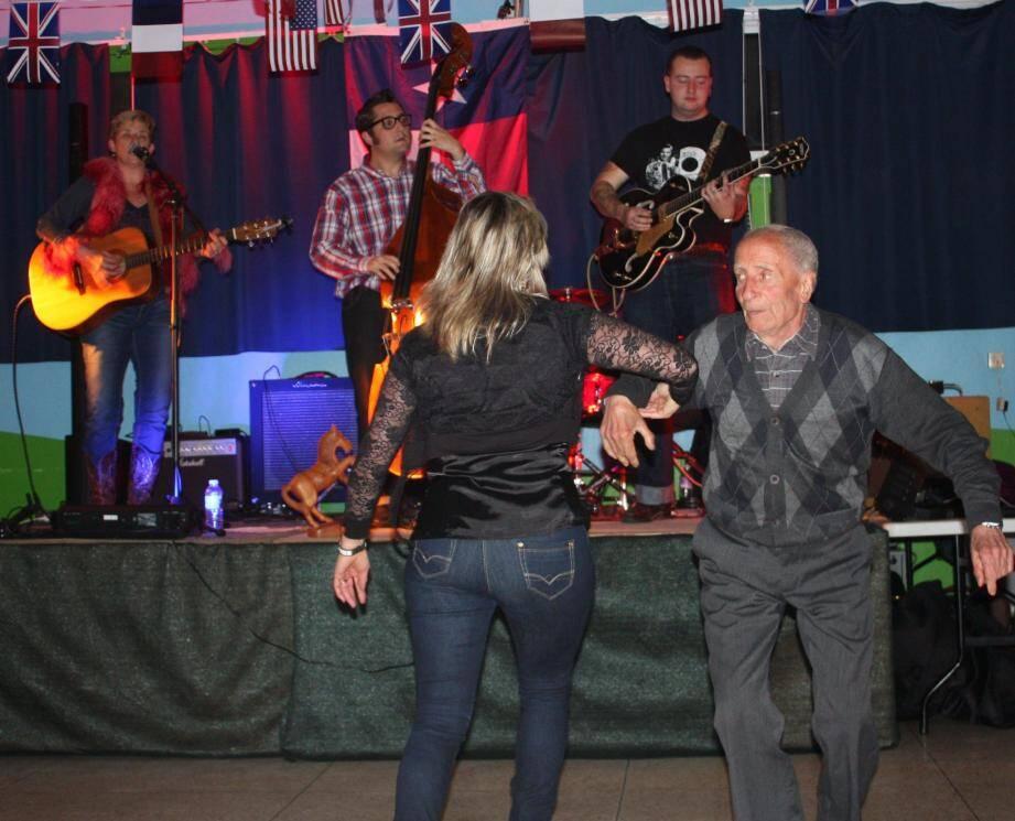 Martha Fields (à gauche sur la scène) avec ses musiciens Ian, Jason et Lucas ont fait le bonheur de Vincent Sarli, un danseur de rock de 90 ans !