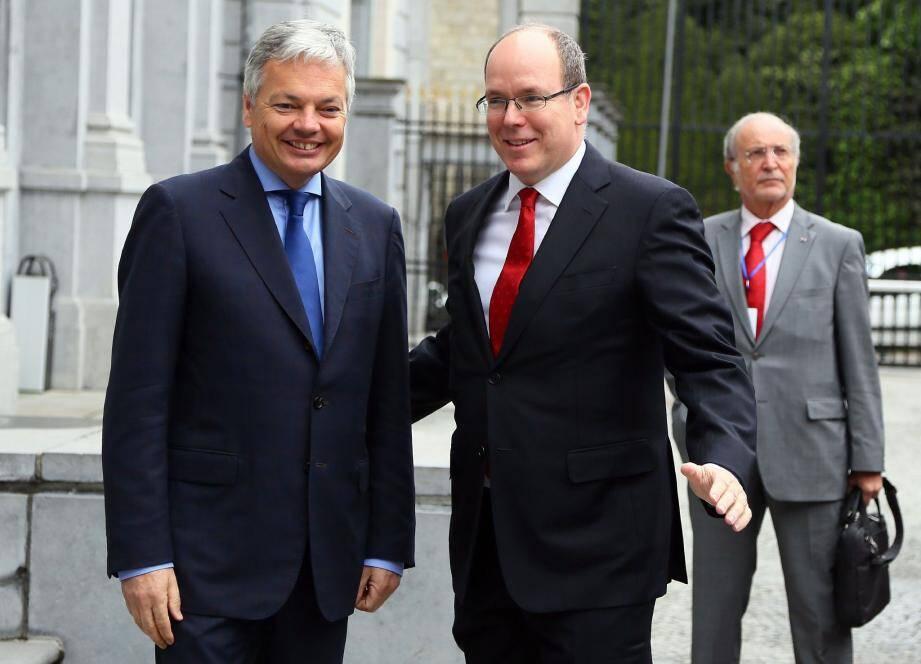 Le prince Albert II s'est entretenu avec Didier Reynders, vice-premier ministre et ministre des Affaires étrangères, du commerce extérieur et des Affaires européennes du Royaume de Belgique. En arrière-plan, on voit Bernard Fautrier, vice-président et administrateur de la Fondation Prince Albert II de Monaco.