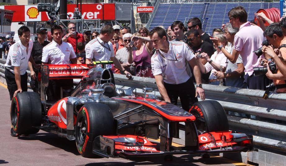 Pendant que les écuries passent les bolides au contrôle technique de la FIA, les badauds tentent d'apercevoir les stars de l'asphalte.