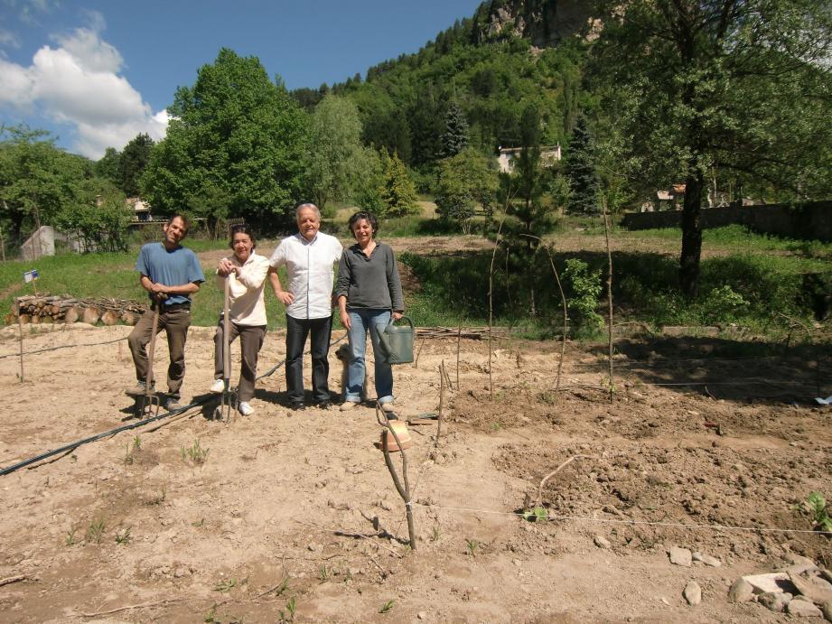 Les nouveaux jardiniers en compagnie de Jean Fenouil, adjoint au maire, sur le terrain dit de la Respélido.