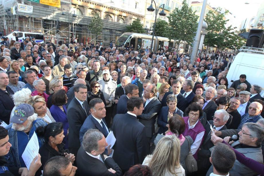 Élus, représentants des comités de quartier, membres d'associations de commerçants : trois cents personnes environ ont pris part au rassemblement organisé hier soir sur l'avenue Jean-Médecin.
