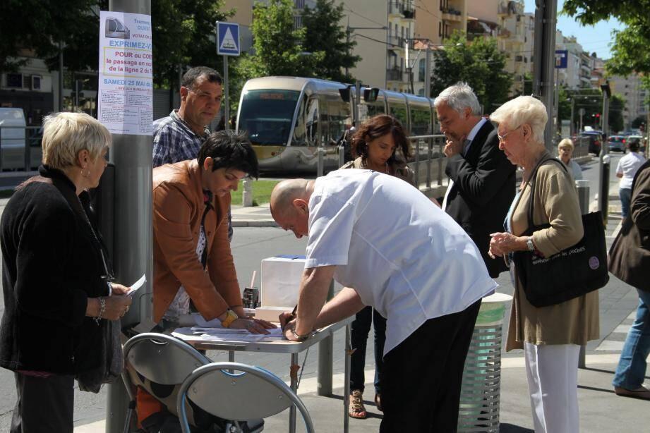 Hier matin en présence de Patrick Allemand (à droite), place Saint-Roch, l'un des quarante bureaux de la votation citoyenne, disposés, pour la plupart, à même le trottoir.