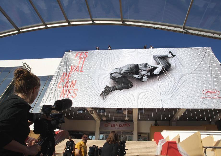 Ce lundi matin, une équipe d'une vingtaine d'hommes a fixé l'affiche de 22 mètres sur 26 sur la façade Est du palais.