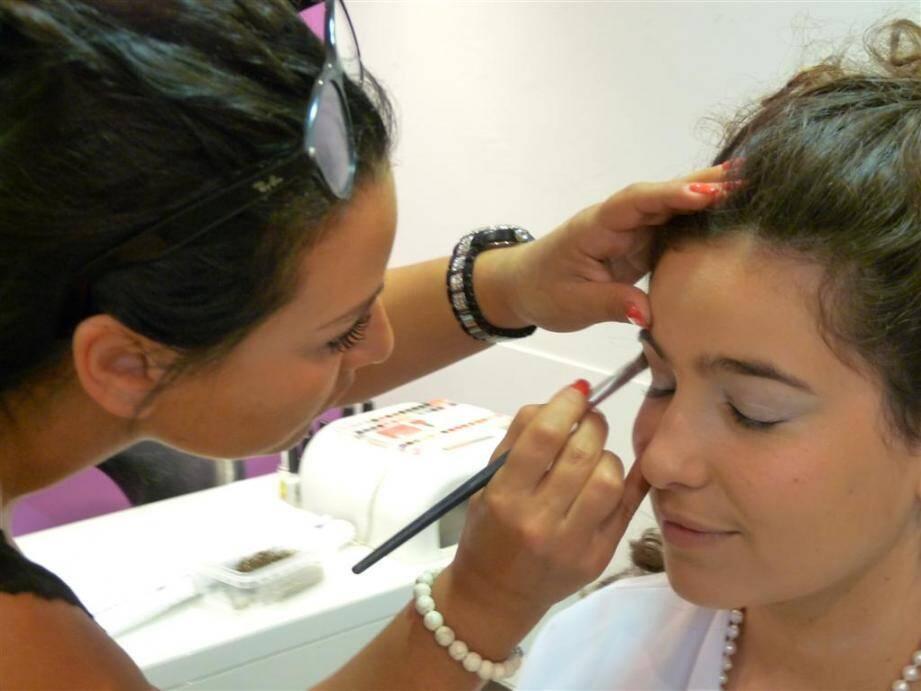 Séance maquillage pour Salomé, 19 ans, qui a gagné son sésame pour monter les marches. (Photo Gaëlle Arama)