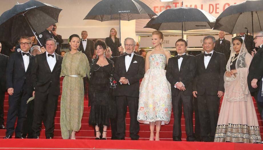 Le jury sous la pluie pour l'ouverture du Festival.